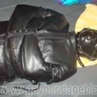 Lederzwangsjacke und gepolsterte Ledermaske